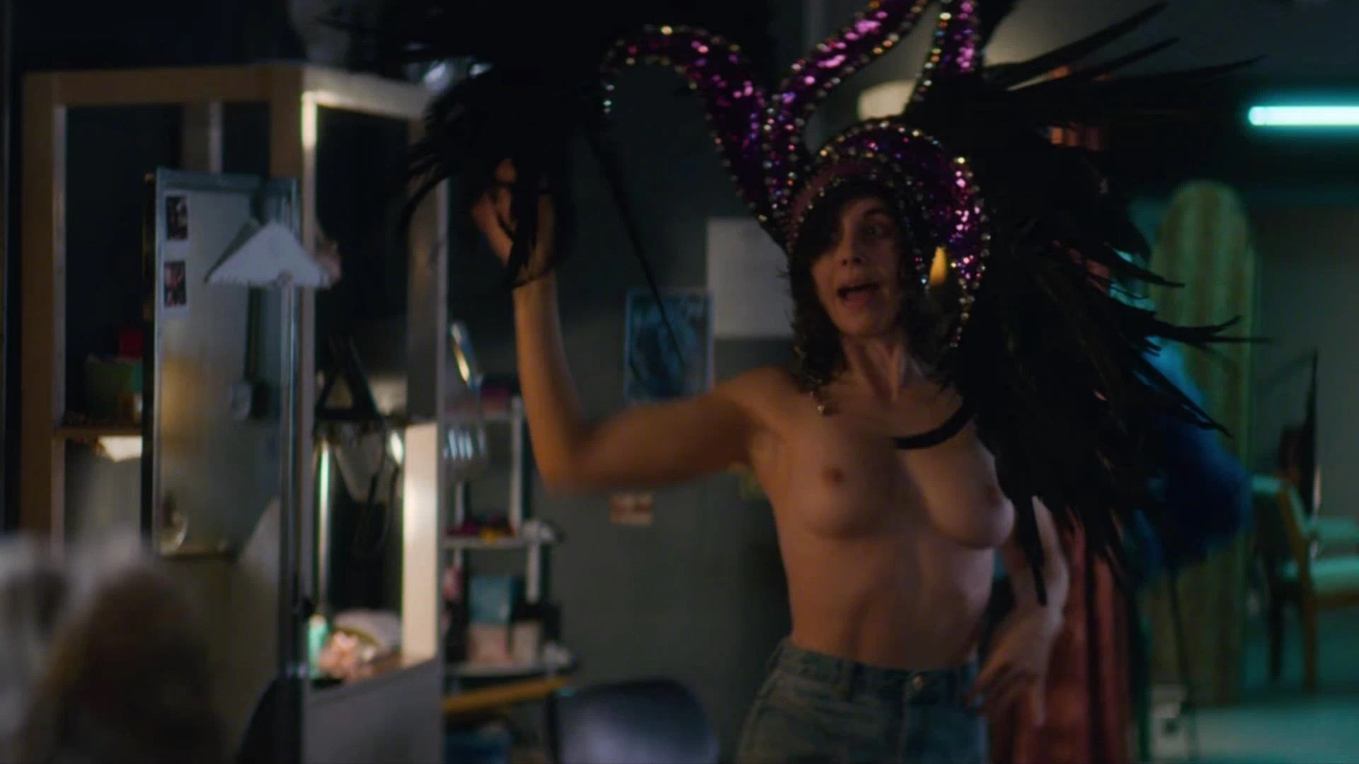 Alison Brie Glow Boobs alison brie nude – glow (4 pics + gif & video) | #thefappening