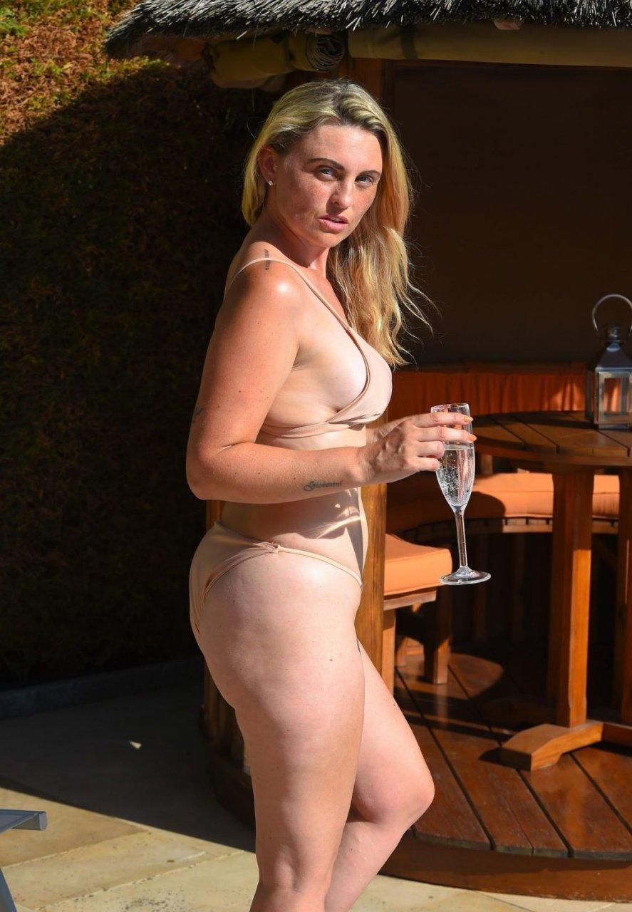 Sara Barrett  nackt