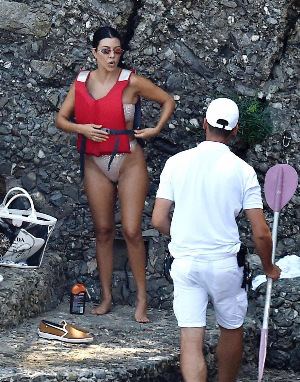 Kourtney Kardashian Sexy (53 Photos)