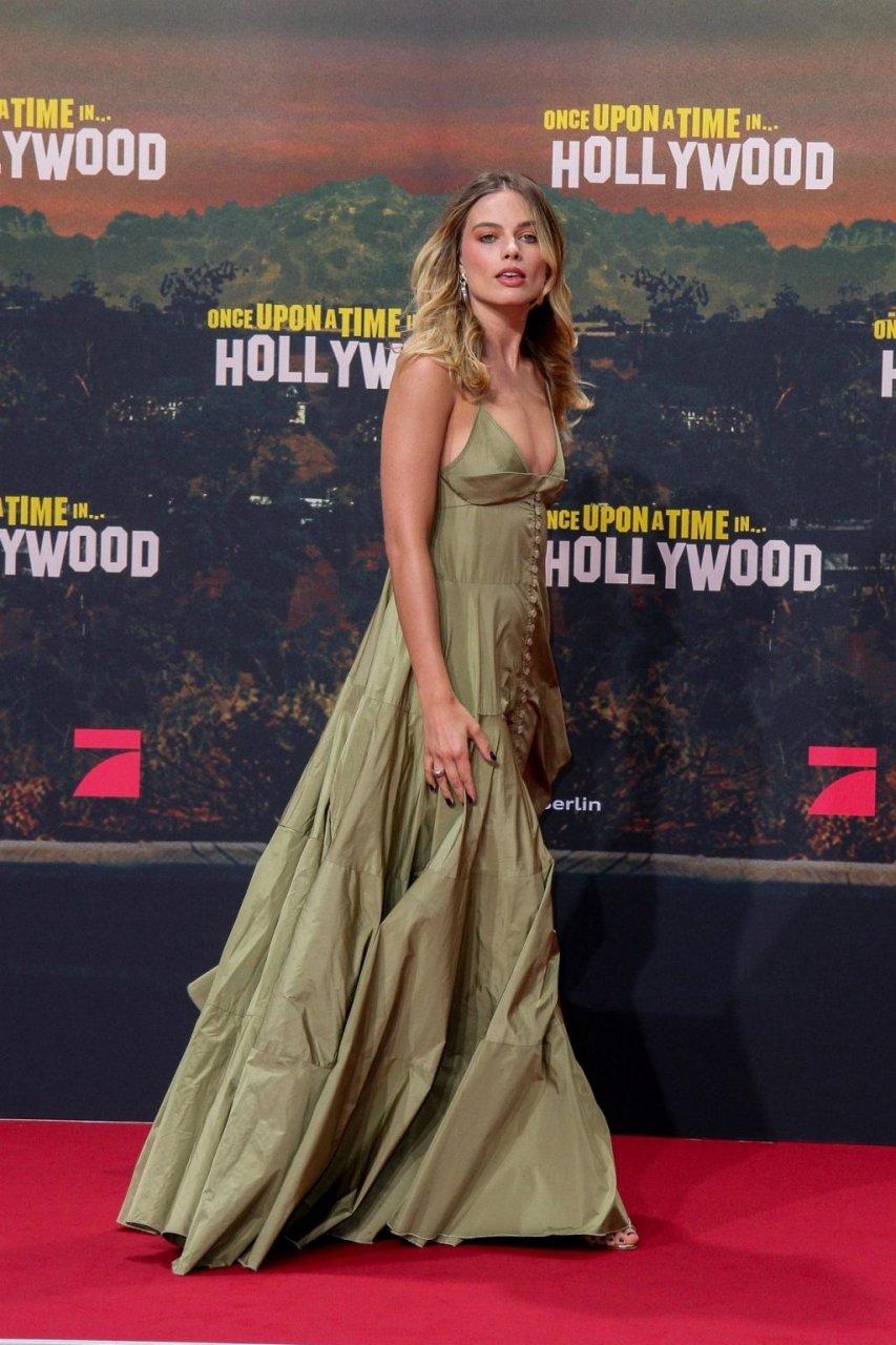 Margot Robbie Sexy (28 Photos)
