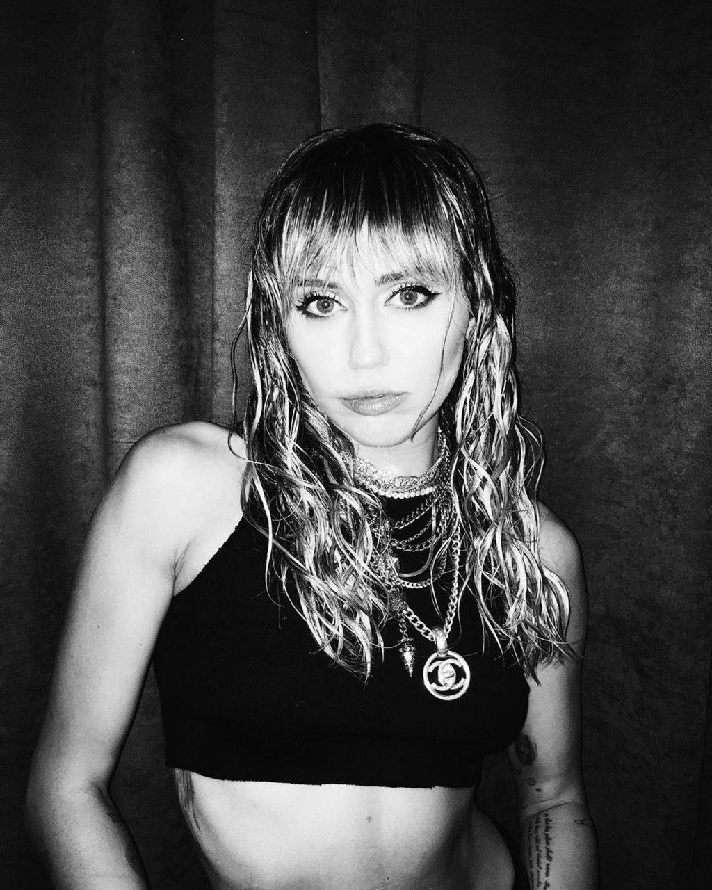 Miley Cyrus Sexy (28 Photos + Videos)