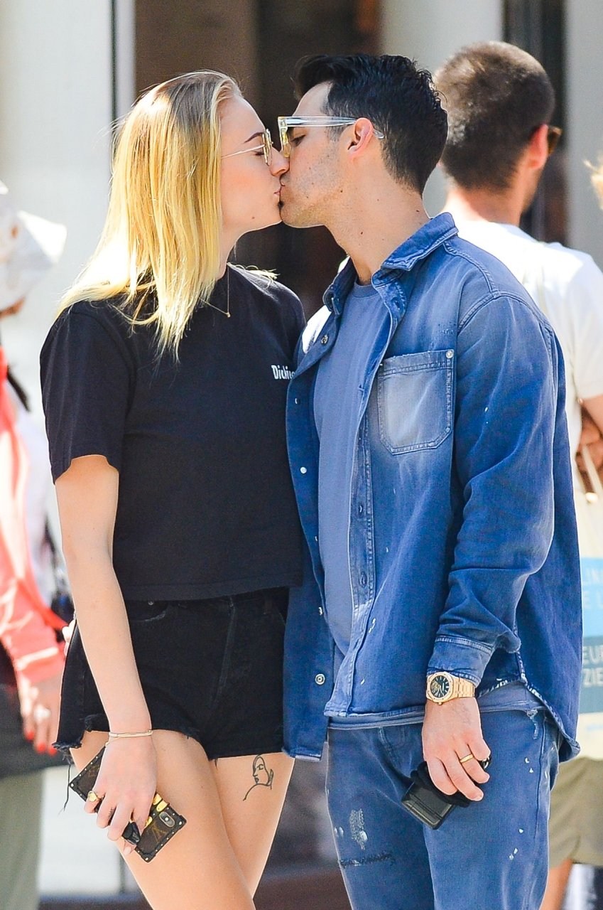 Sophie Turner and Joe Jonas share a kiss in New York City, 29-8-2019