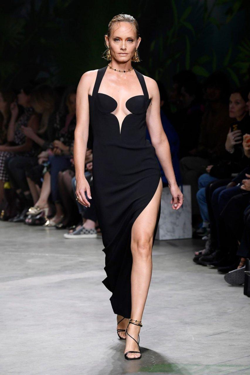 Amber Valletta Sexy (5 Photos + GIFs & Videos)