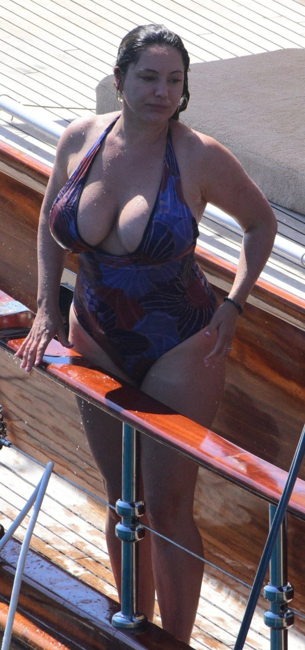 Kelly Brook : one-piece swimsuit during her vacation in Turkey, 08/29/2019.