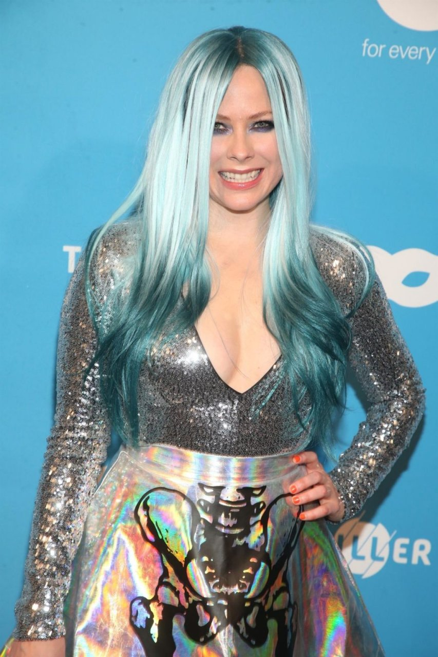 Avril Lavigne Sexy (42 Photos)