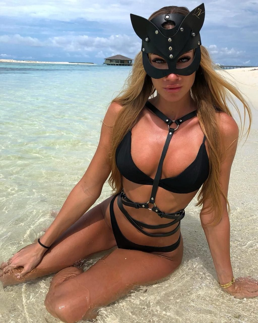 Taylor Mega See Through & Sexy (50 Photos)