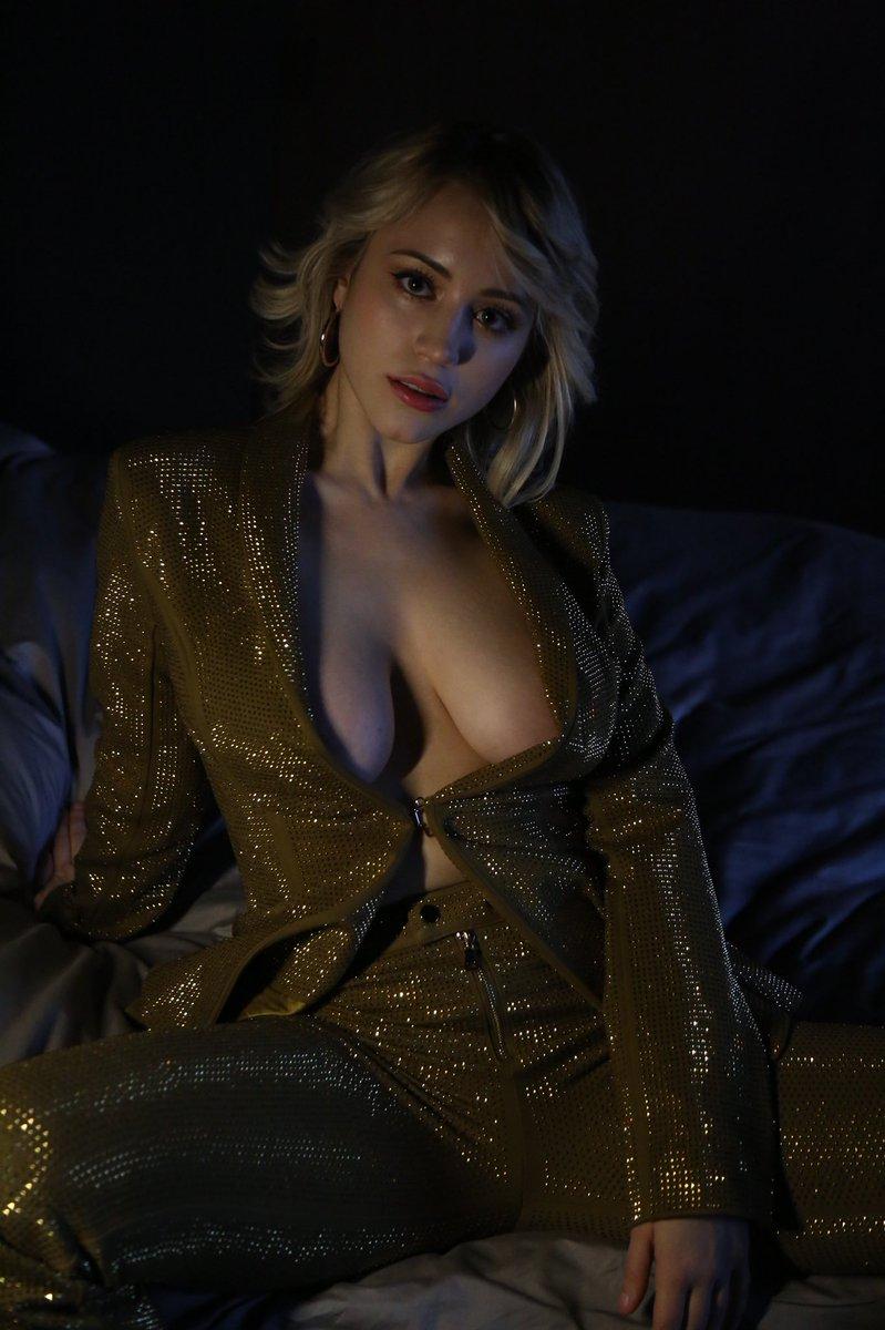 Caylee Cowan Sexy (5 Photos)