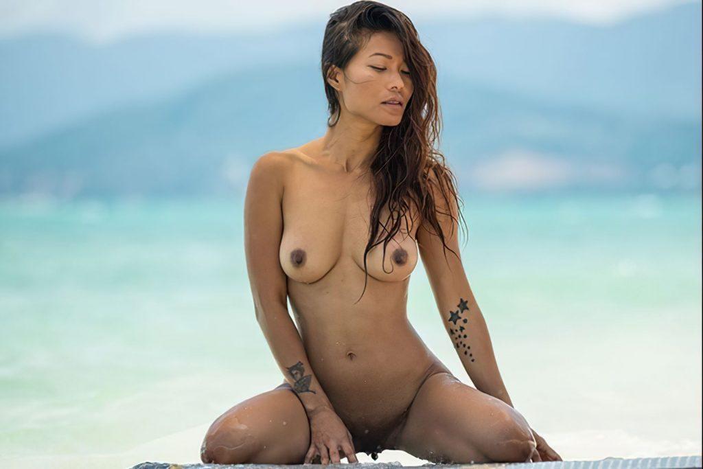 Superstar Naked Woman Waving Pic