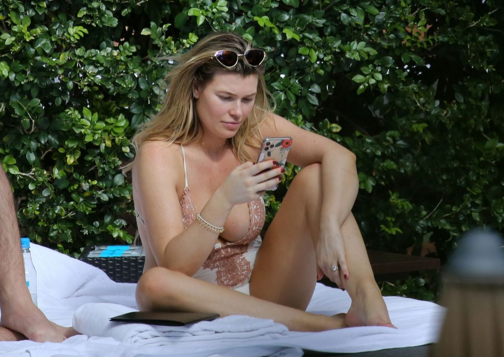 Samantha Hoopes Sexy (46 Photos)