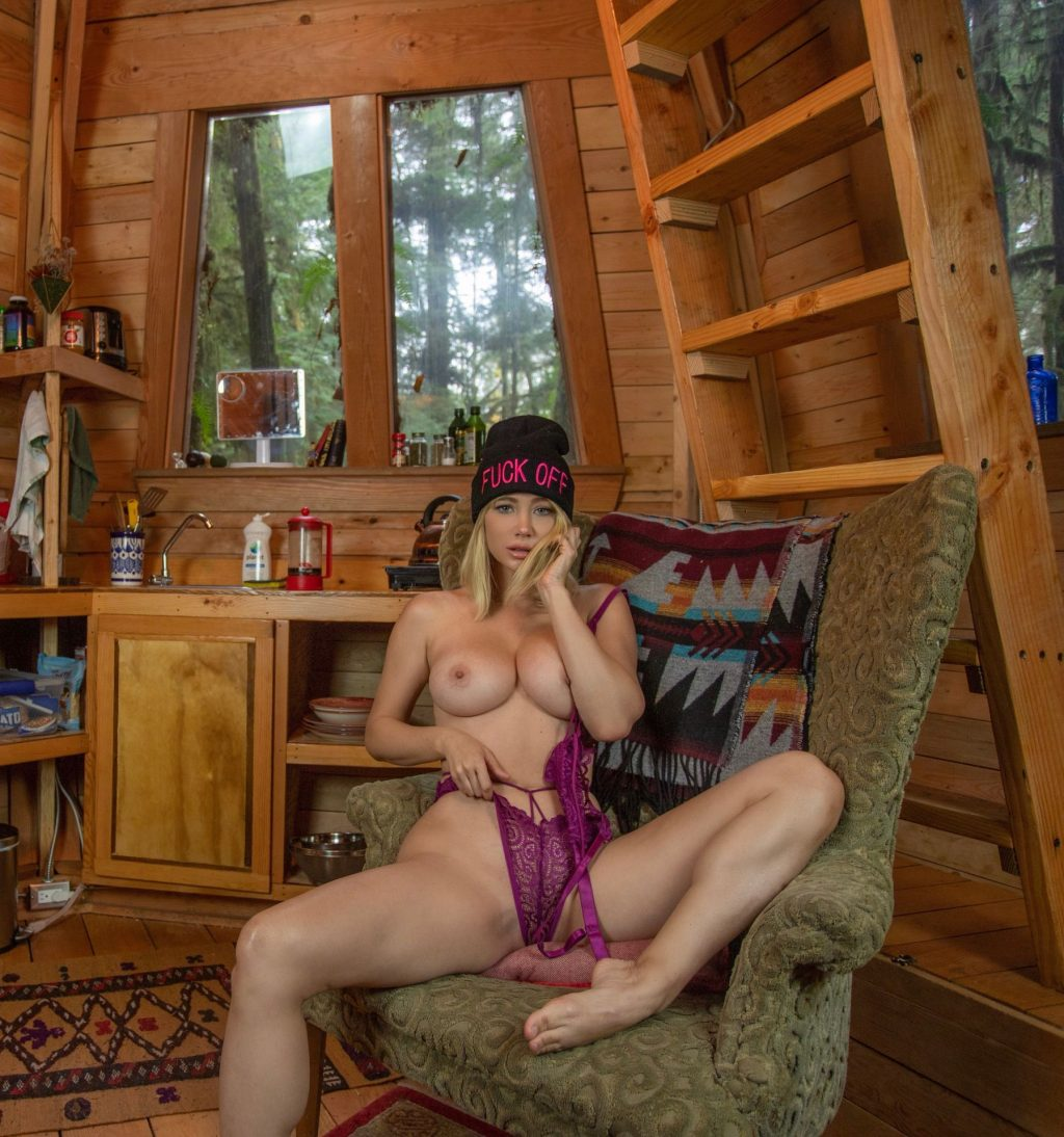 Sara Underwood (1 Topless Photo)