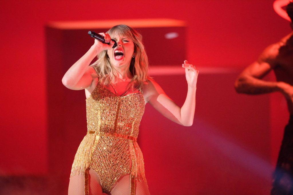 Taylor Swift Sexy (134 Photos)