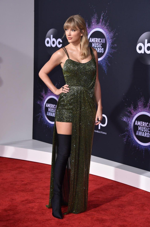 Taylor Swift Sexy (110 Photos)