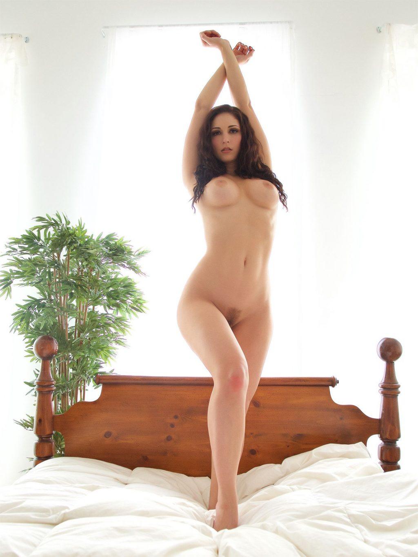 Carlotta Champagne Nude (4 Photos)