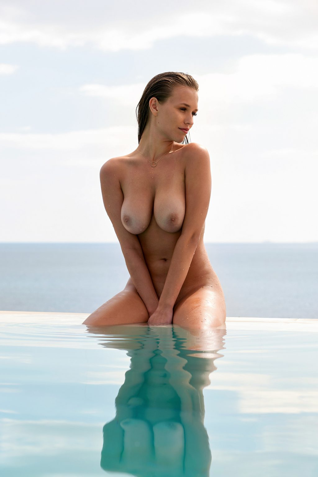 Laura Kim  nackt