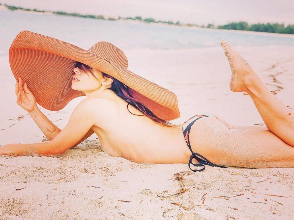 Sarah Shahi Topless (3 Photos)