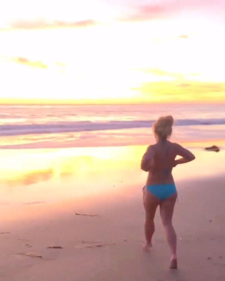 Britney Spears Flaunts Her Sexy Bikini Body on the Beach (6 Pics + Video)