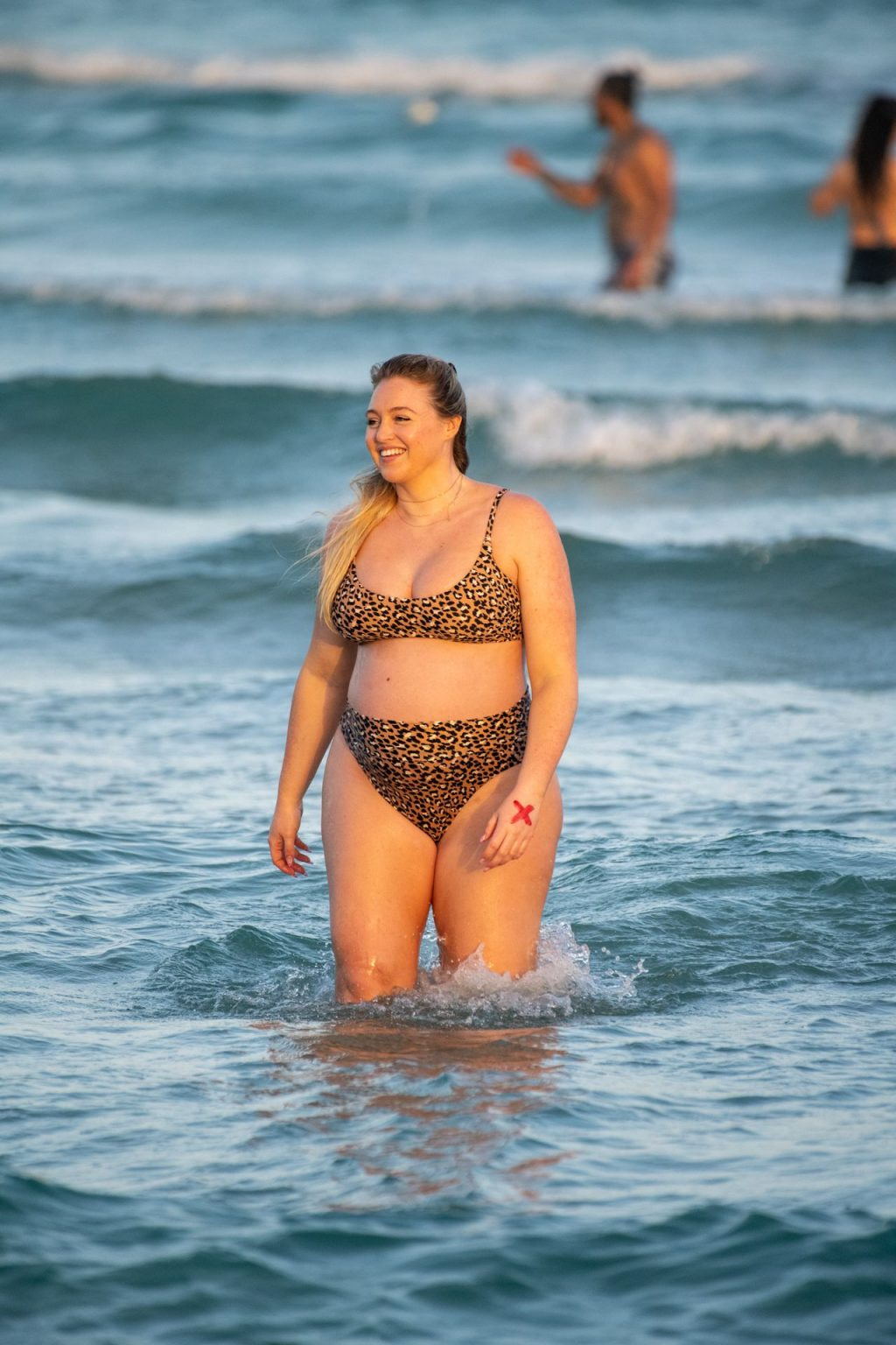 Iskra Lawrence Sexy The Fappening Blog 18 1024x1536 - Heavily Pregnant Model Iskra Lawrence Takes A Sunset Dip In Miami Beach (44 Photos)