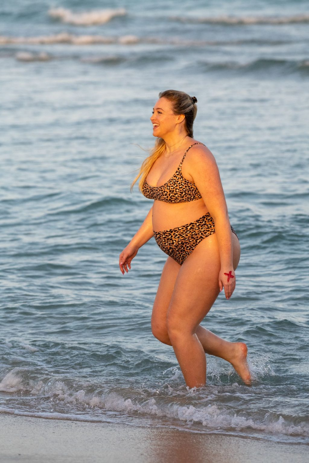 Iskra Lawrence Sexy The Fappening Blog 19 1024x1536 - Heavily Pregnant Model Iskra Lawrence Takes A Sunset Dip In Miami Beach (44 Photos)