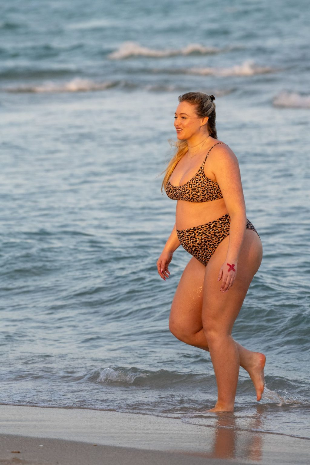 Iskra Lawrence Sexy The Fappening Blog 21 1024x1536 - Heavily Pregnant Model Iskra Lawrence Takes A Sunset Dip In Miami Beach (44 Photos)