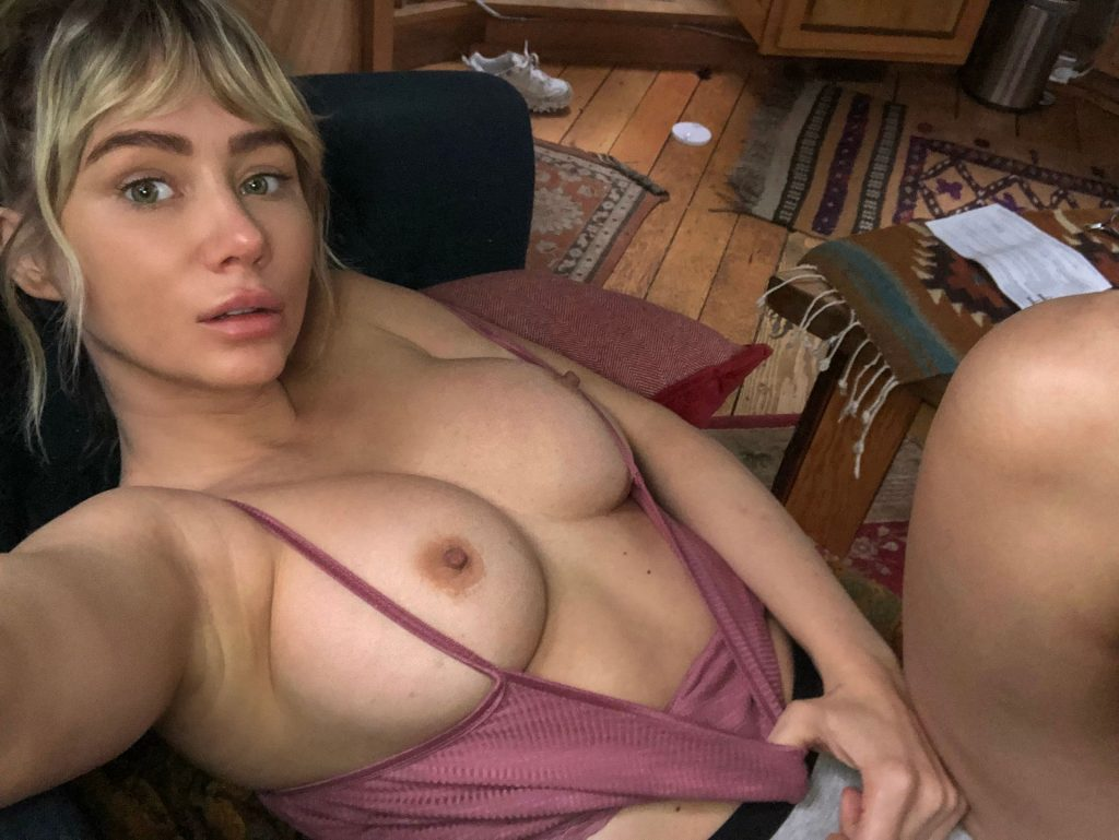 Sara Underwood Nude The Fappening Blog 2 1024x769 - Sara Underwood Shows Her Tits For Her Fans (3 Photos)