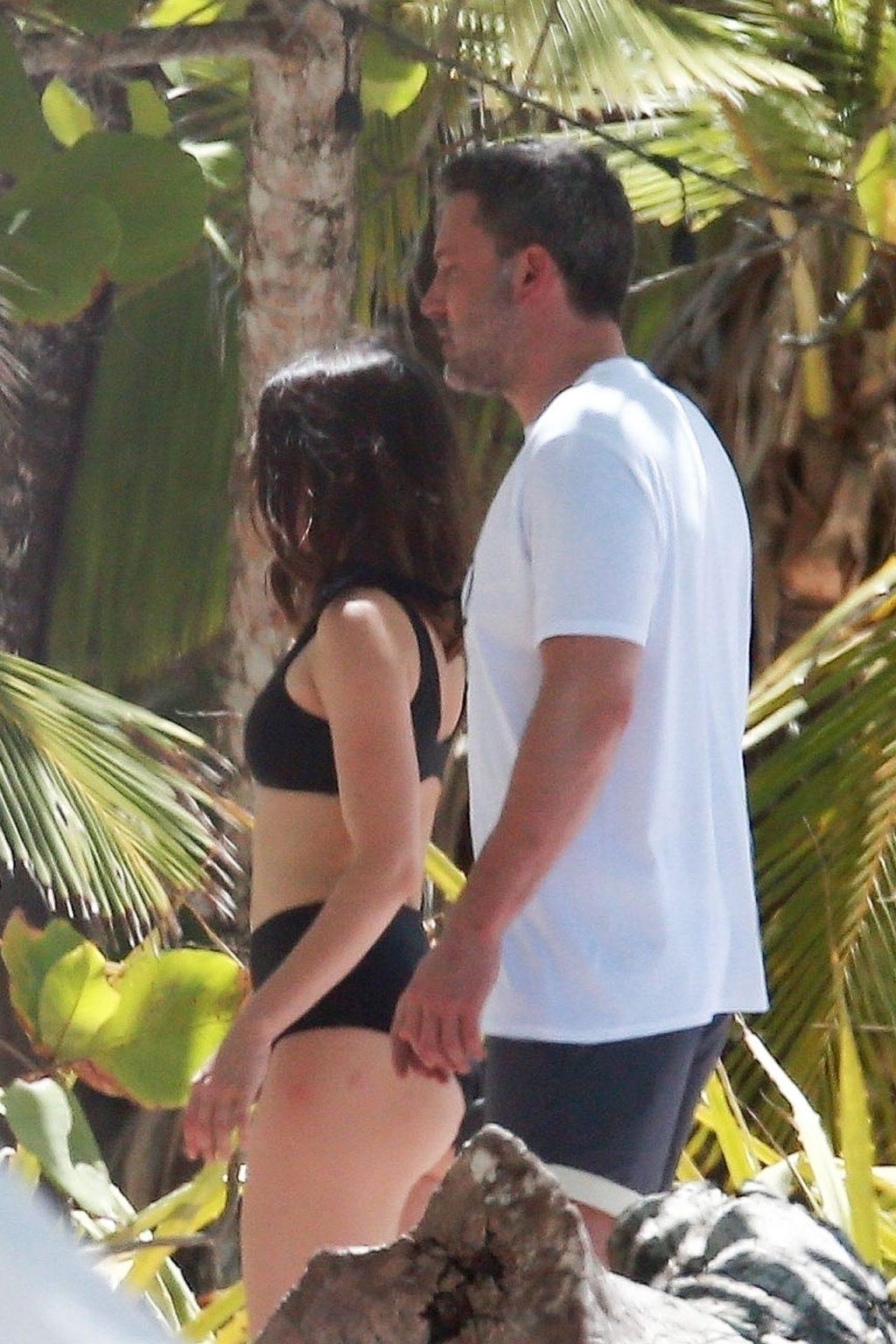 Ana de Armas & Ben Affleck Enjoy a Sunny Vacation in Costa Rica (8 Photos)