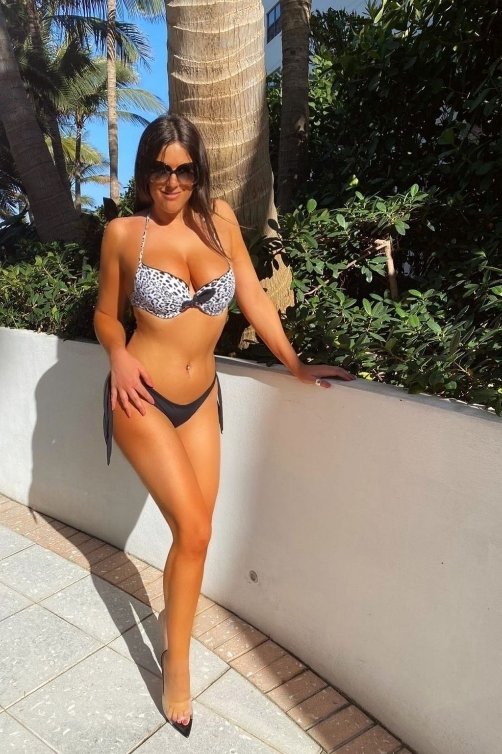 Claudia Romani Was Seen Sunbathing by the Pool (9 Photos)