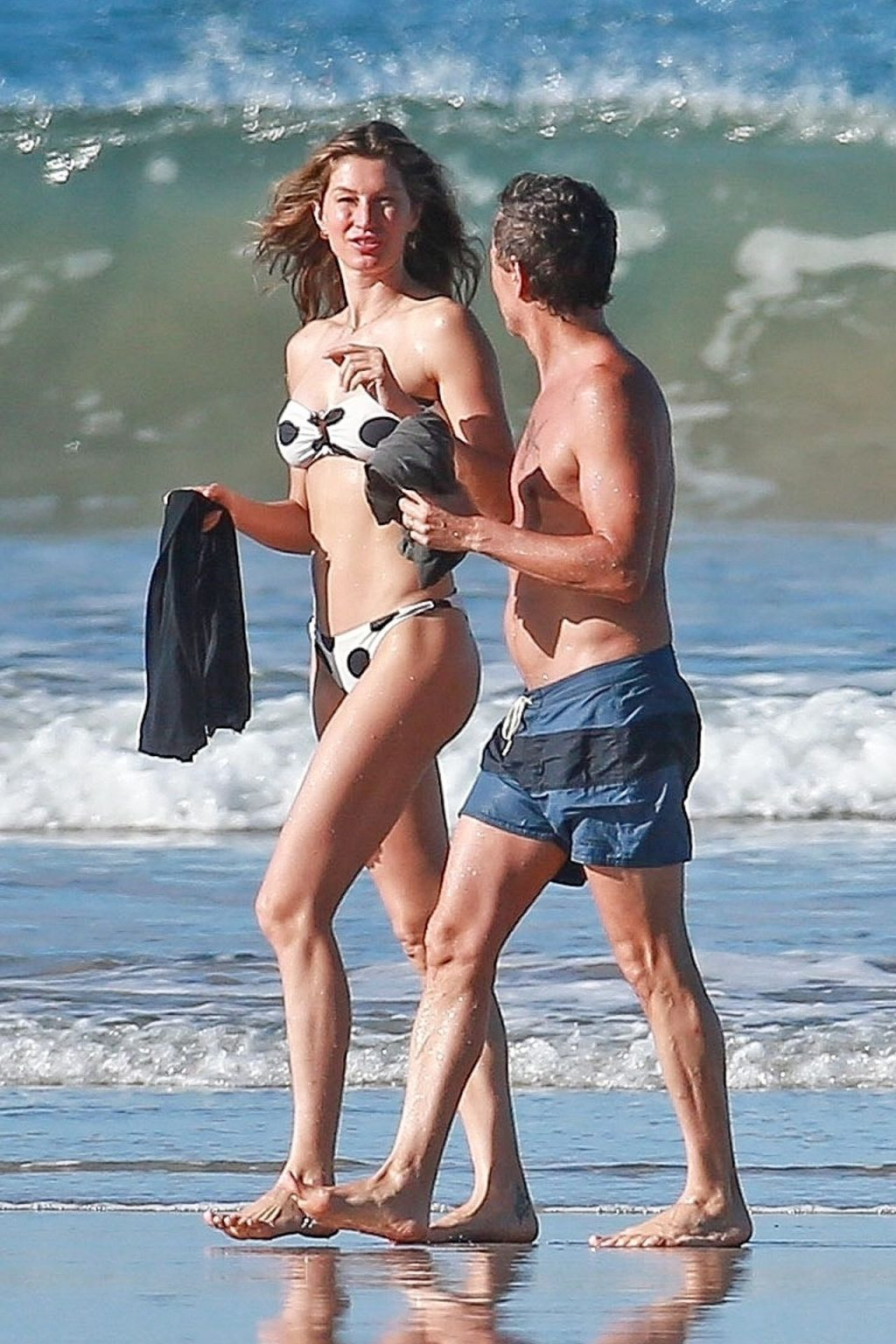 Gisele Bündchen Takes a Morning Stroll & an Eevening Dip While Vacationing in Costa Rica (14 Photos)