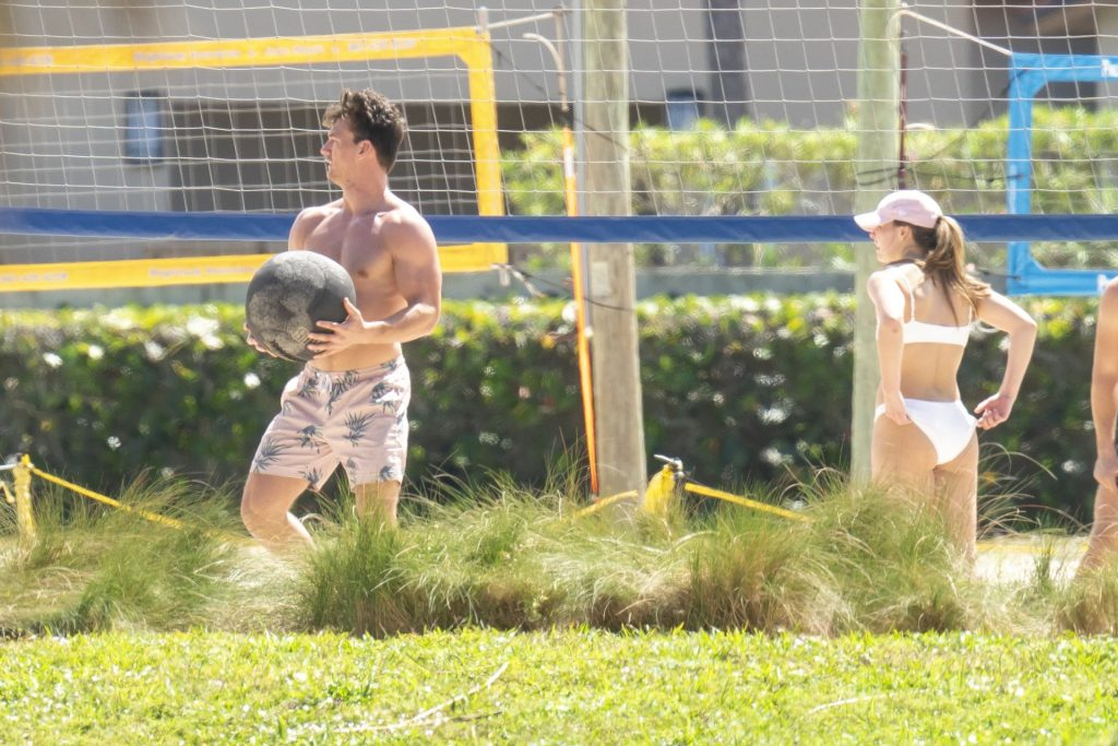 Hannah Brown & Tyler Cameron Enjoy Beach Volleyball Session With Pals (40 Photos)