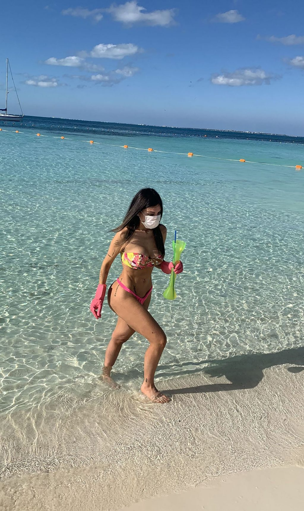 Liziane Gutierrez Wears Face Mask and Gloves on the Beach in Mexico amid Coronavirus Pandemic (5 Photos)