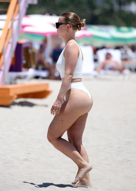 Bianca Elouise Enjoys a Relaxing Day at the Beach (34 Photos)