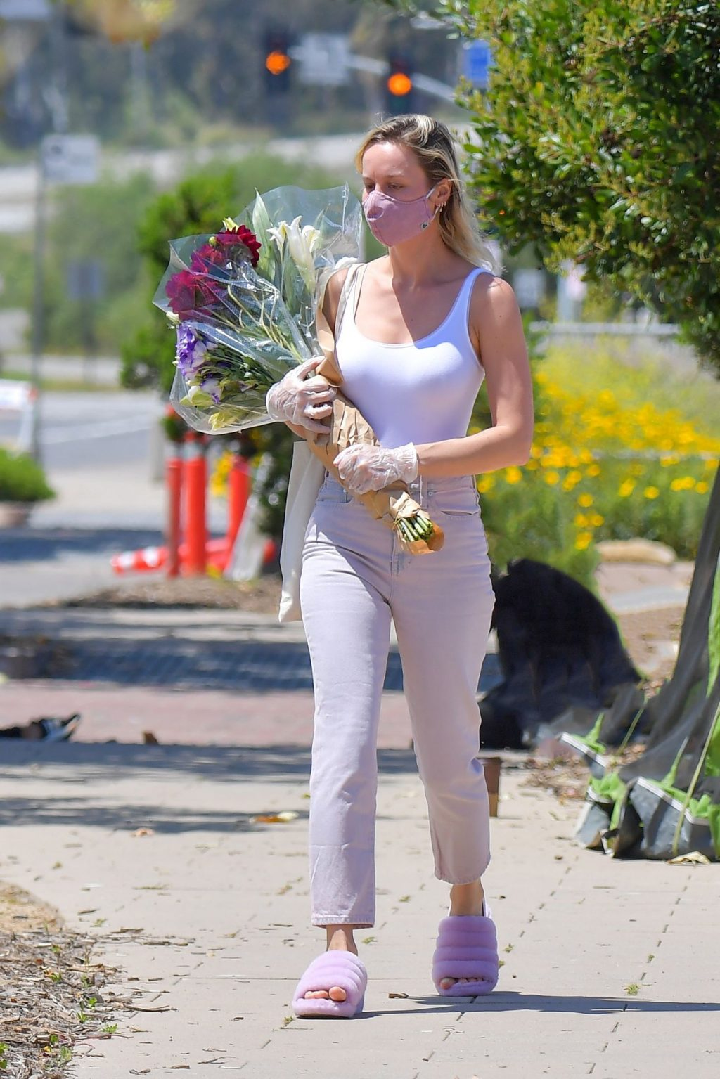 Brie Larson Stops by a Farmer's Market Wearing a Face Mask (19 Photos)
