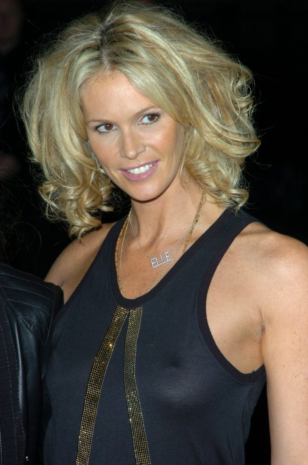 Elle Macpherson Displays Her Tits in London (3 Photos)