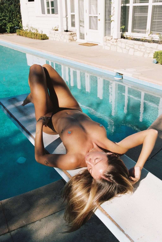 Pauline Tantot Nude & Sexy (11 Photos)