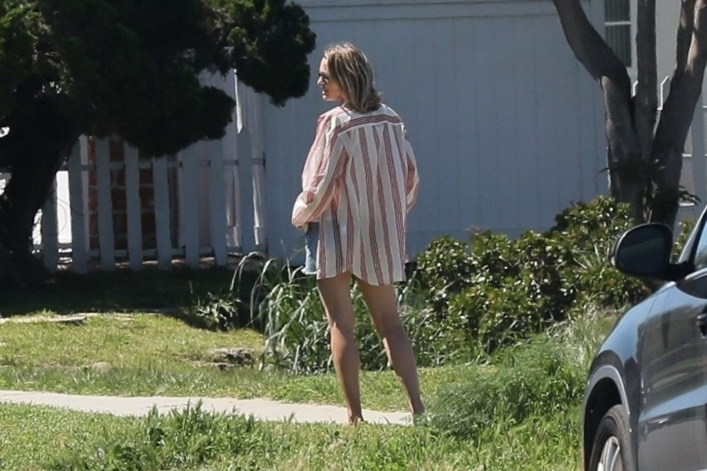 Robin Wright Chats with a Friend Outside Her Home in Venice Beach (26 Photos)