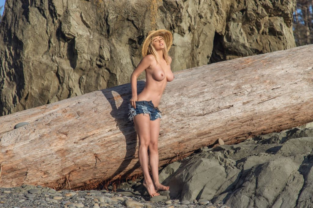 Sara Jean Underwood Shows Her Tits, Ass & Pussy (7 Photos)