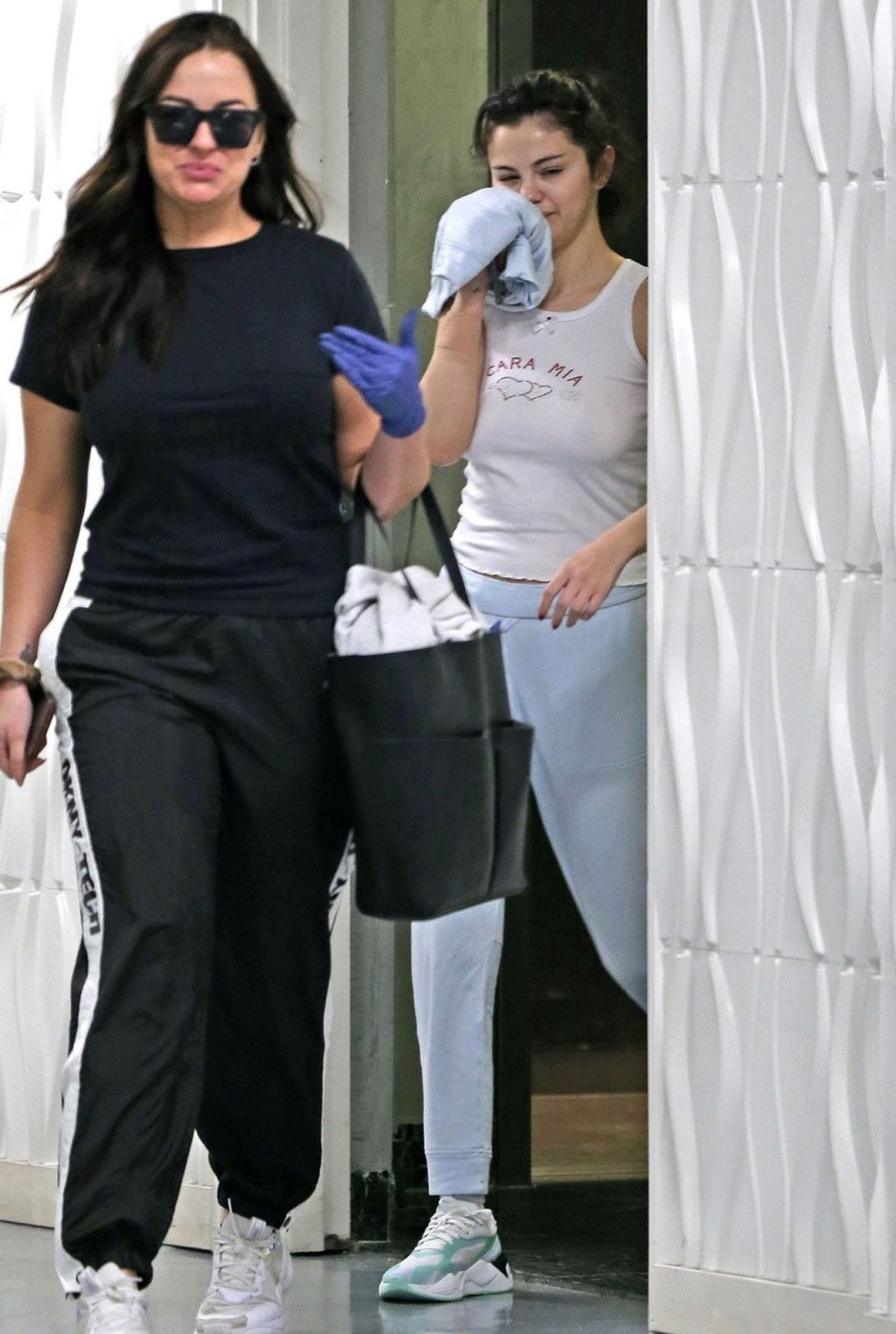 Braless Selena Gomez Visit to the Doctor's Office in Los Angeles (11 Photos)