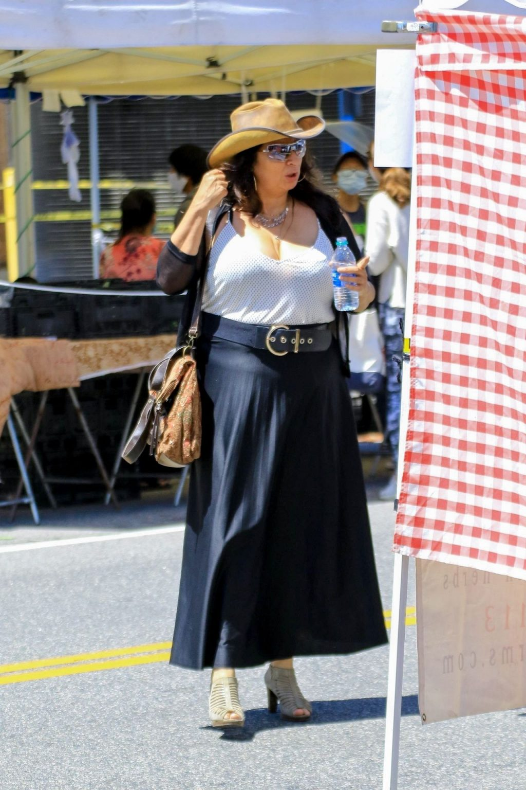 Alice Amter Quenches Her Thirst While Shopping at Farmer's Market (41 Photos)