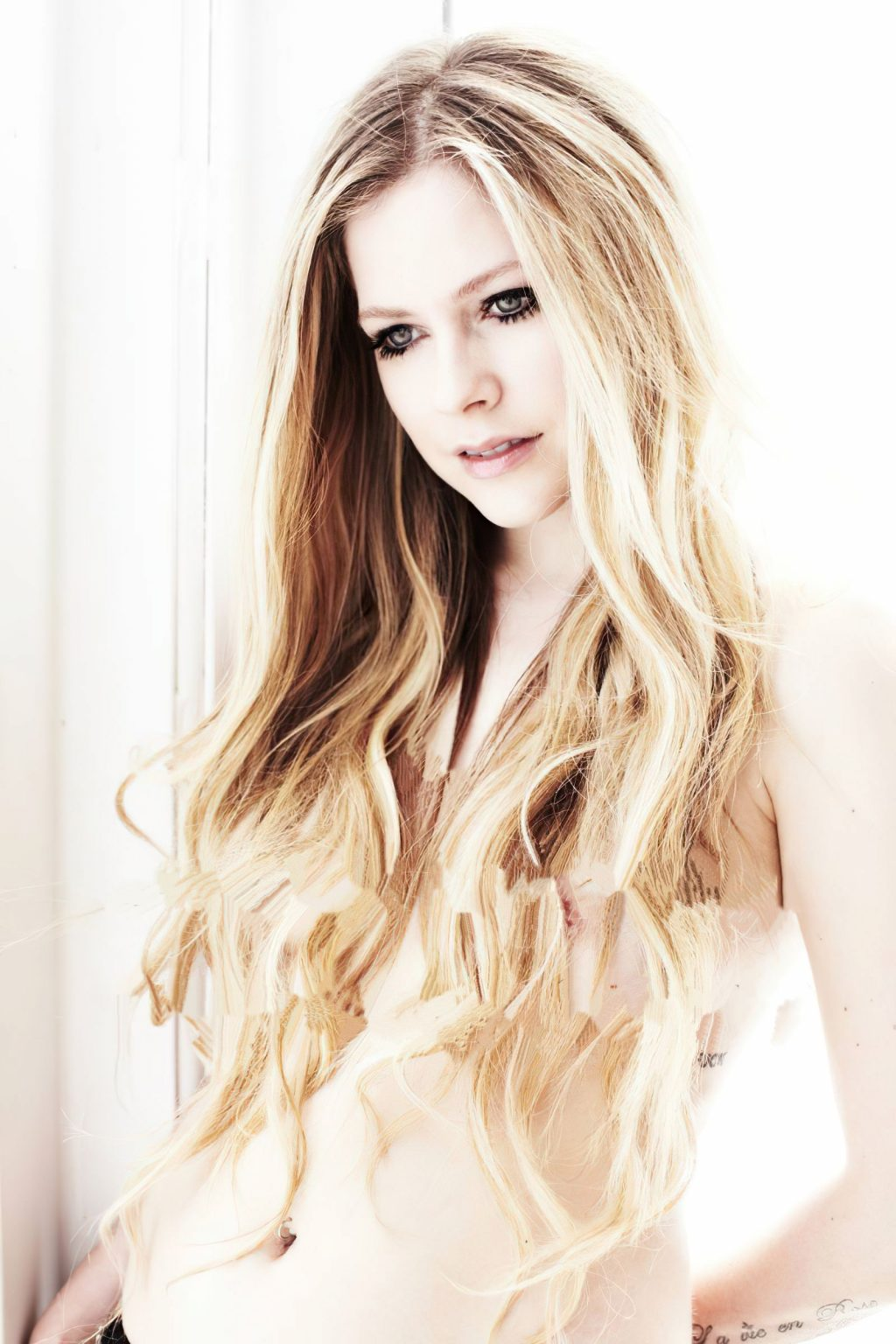 Avril Lavigne Nude & Sexy (7 Photos)