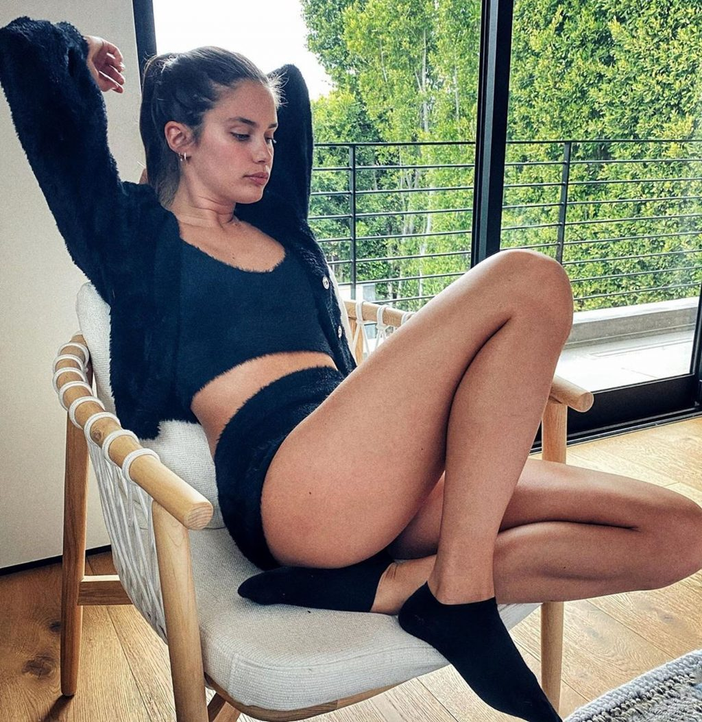 Sara Sampaio Greets the Delivery Guy in a Bikini as She Receives Her Lunch Order (11 Photos)