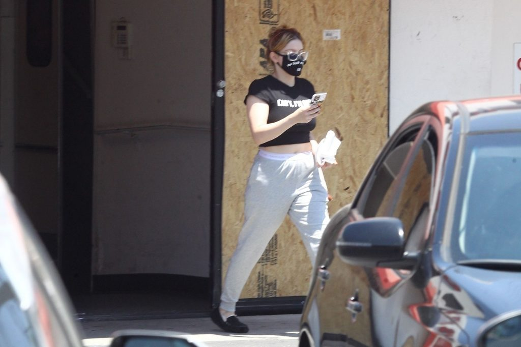 Ariel Winter Stops by CVS in Studio City in Sweatpants and Slippers (15 Photos)