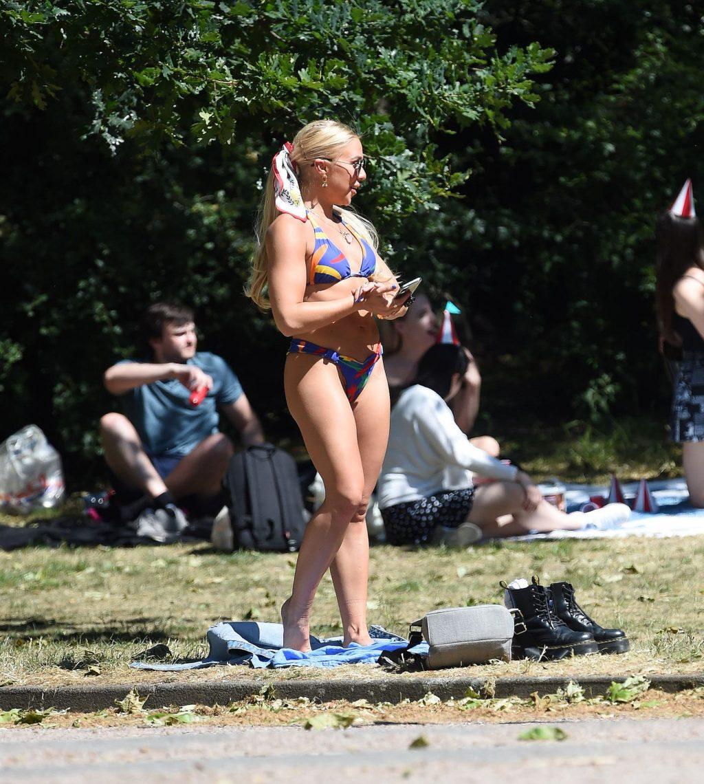 Sexy Gabby Allen Enjoys Sunshine with Friends (46 Photos)
