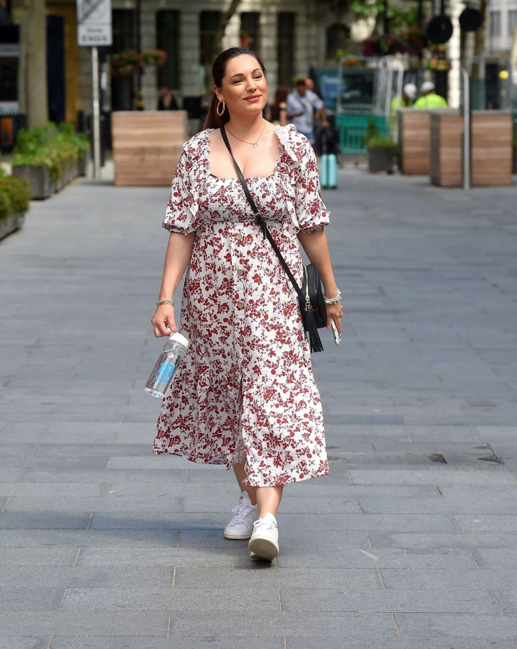 Sexy Kelly Brook Shows Off Her Cleavage in London (41 Photos)