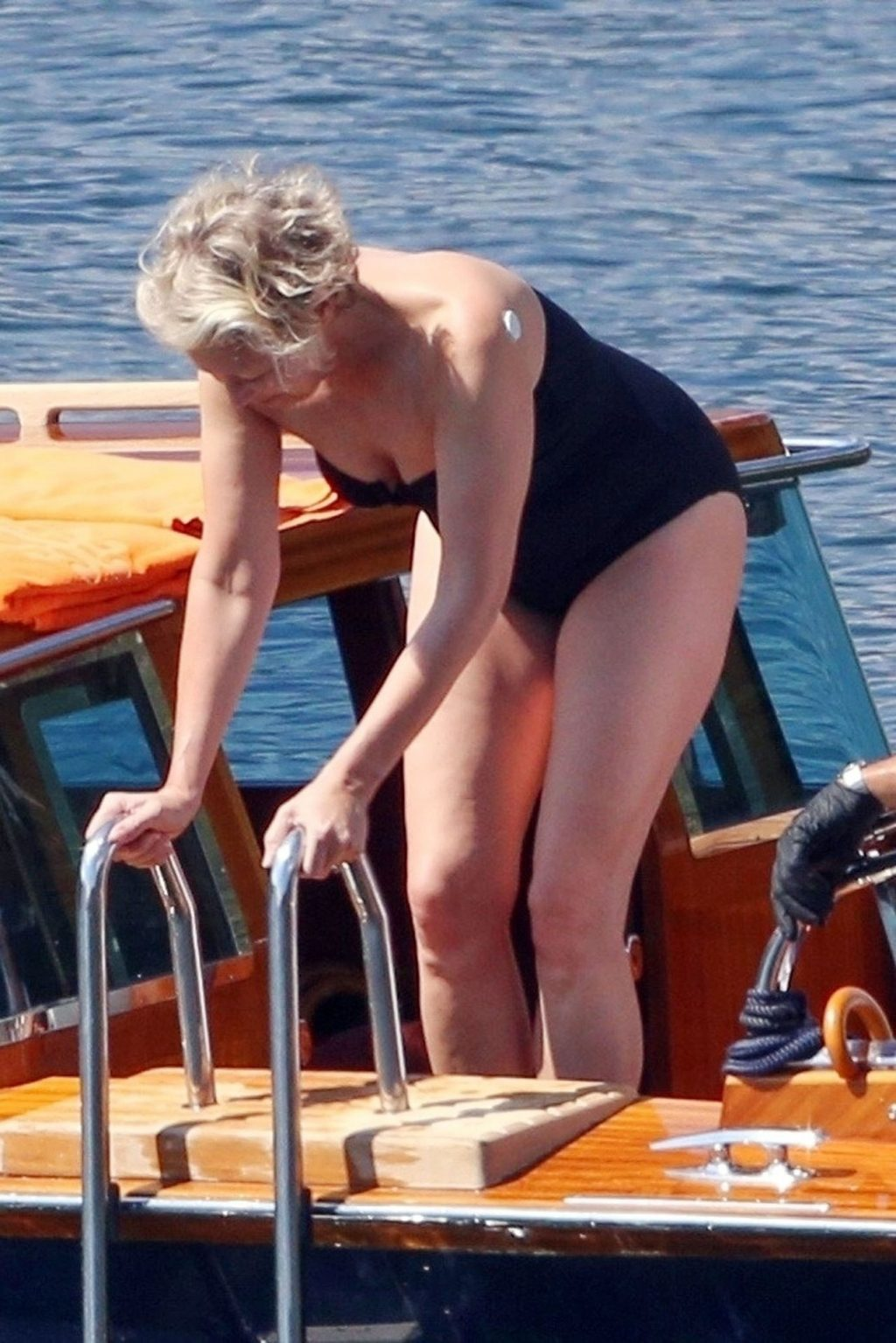 Dawn Andrews Enjoys a Trip in the Tranquil Waters of Lake Como (20 Photos)