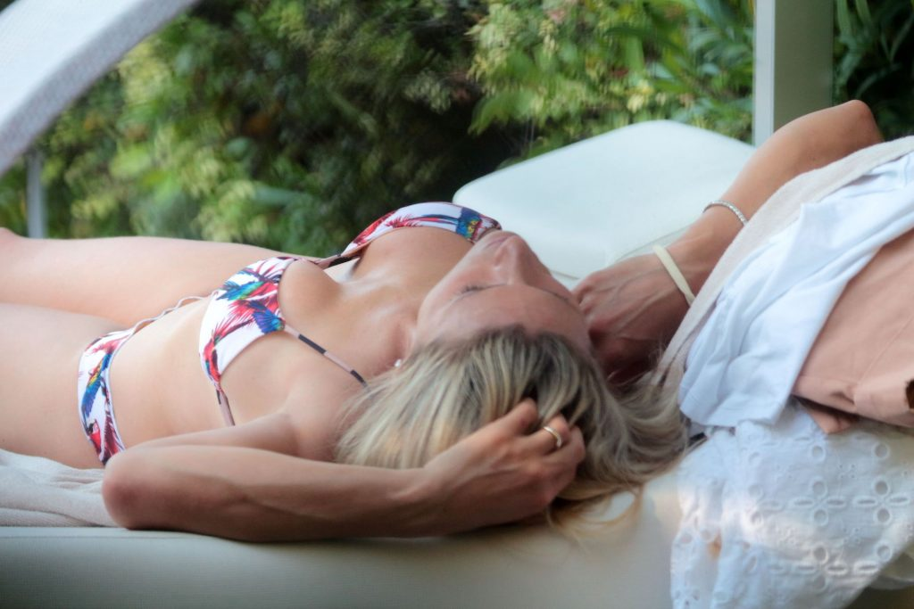 Michelle Hunziker Flaunts Her Sexy Body on Vacation (14 Photos)