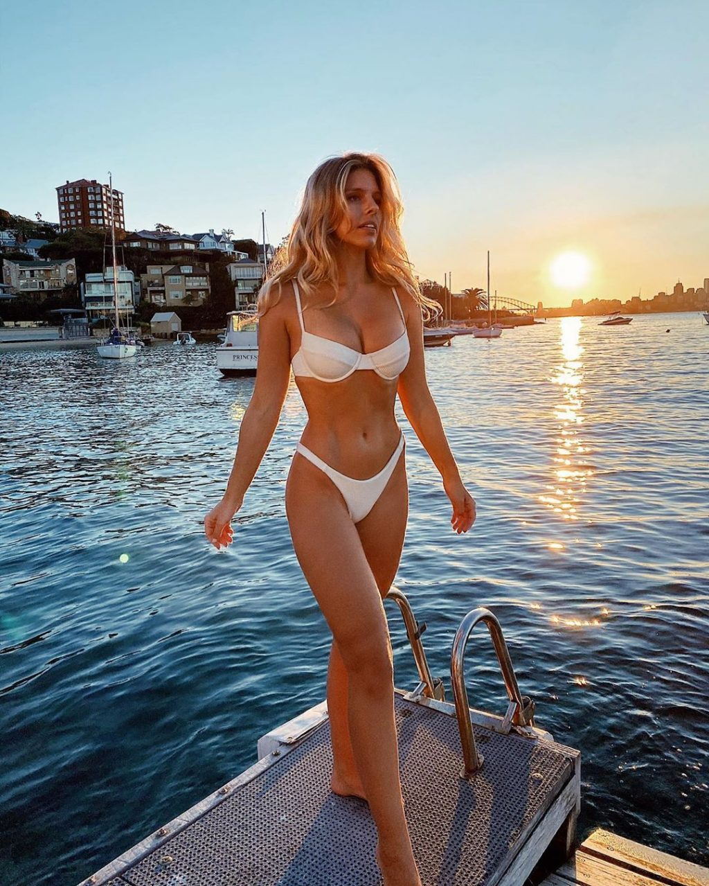 Natasha Oakley Sexy (15 Photos)