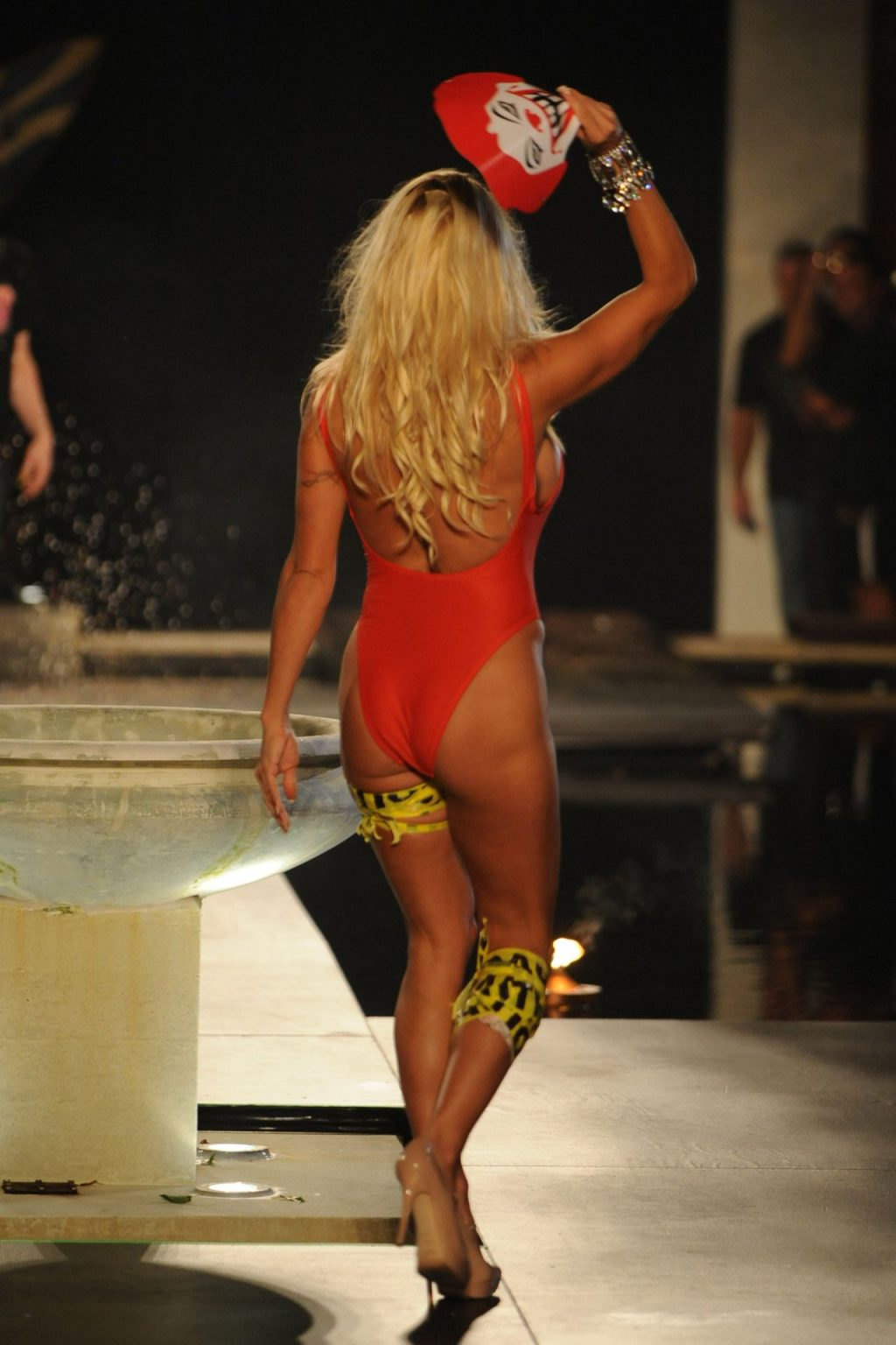 Pamela Anderson Shows Off Her Famous Body (7 Photos + Video)