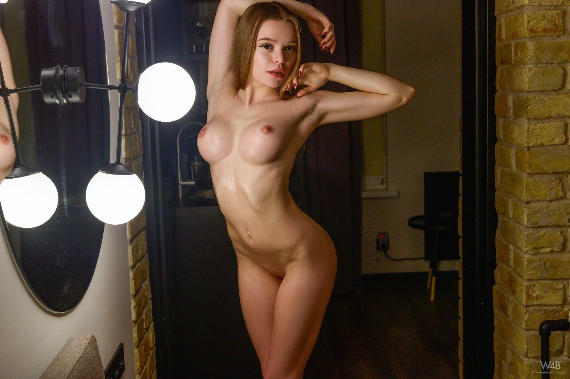 Vivian Nude