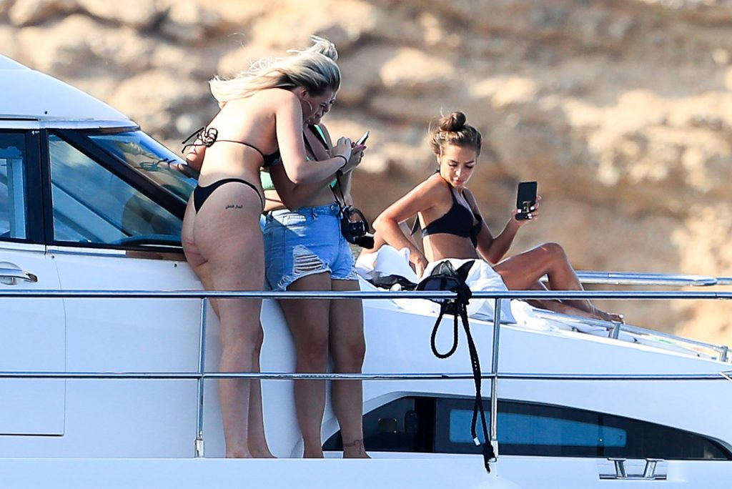 Arabella Chi Shows Off Her Butt on a Boat (26 Photos)