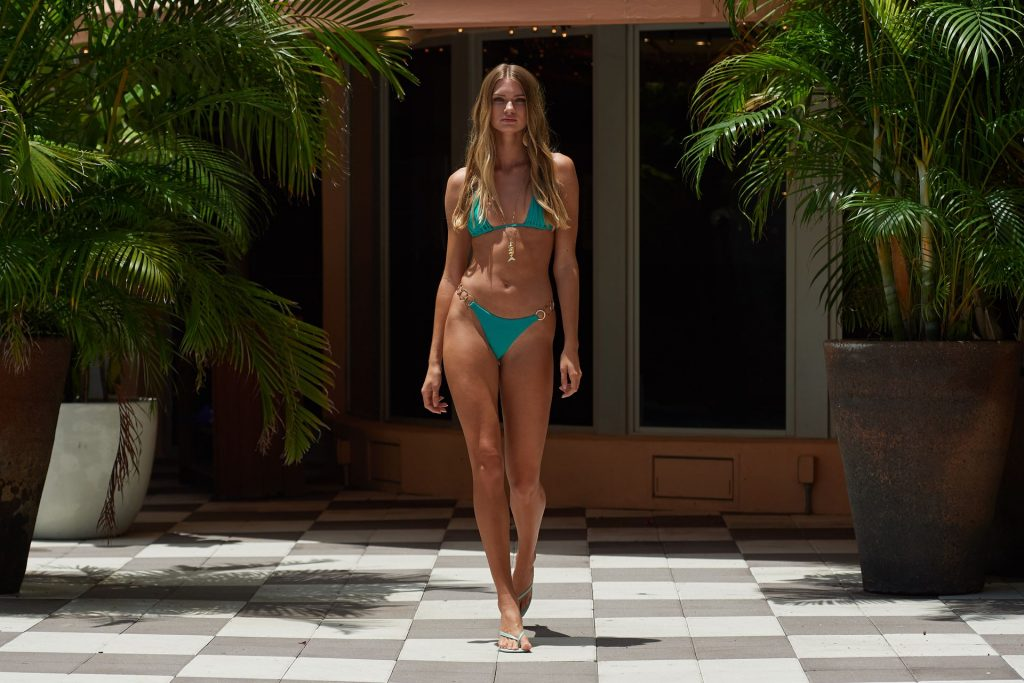 Sexy Models Flaunt Their Hot Bodies at the Beach Bunny Show (117 Photos + Videos)