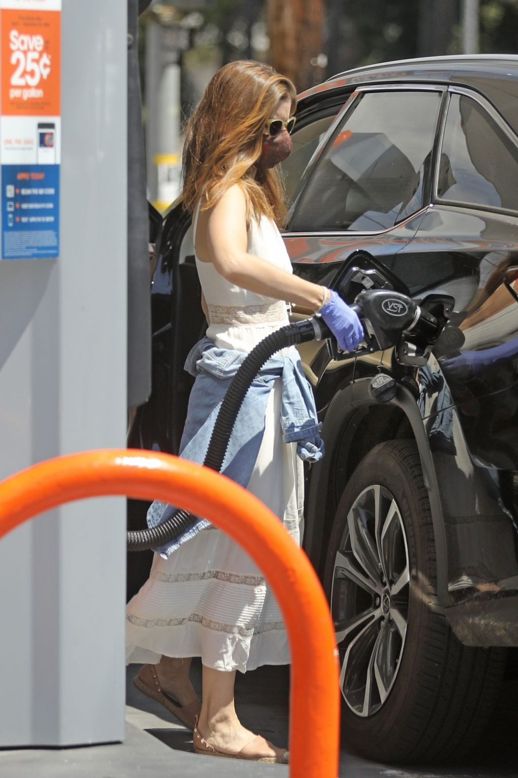 Braless Kate Mara Takes Extra Precautions as She Pumps Gas During the Sweltering LA Heat (11 Photos)